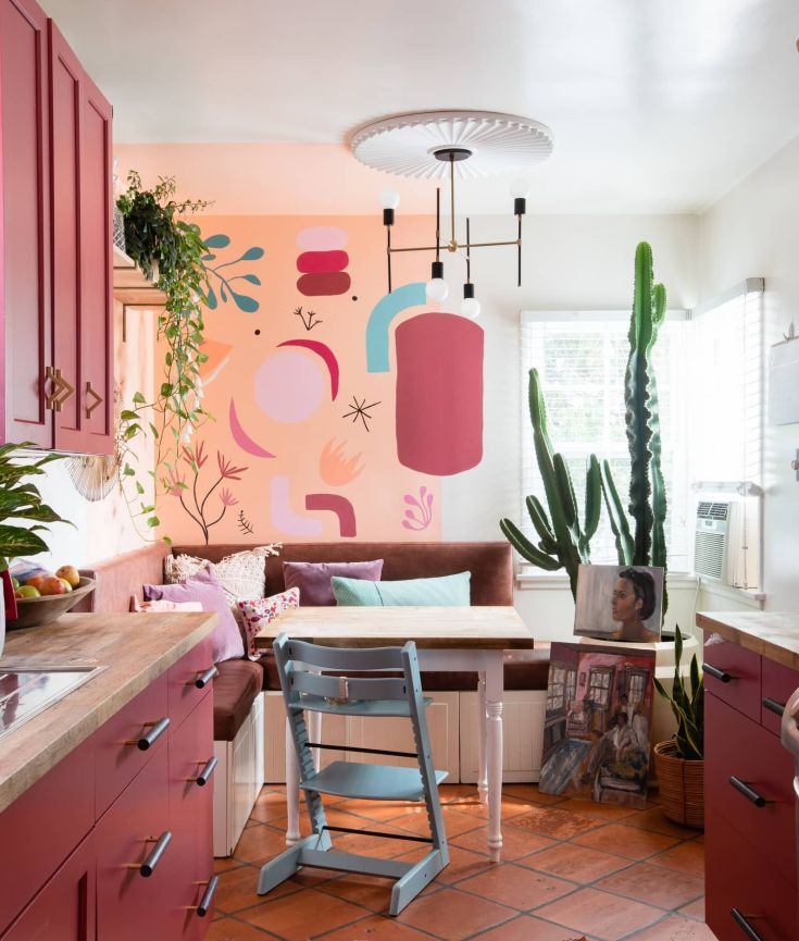 10 unique ways to style houseplants using vintage accessories